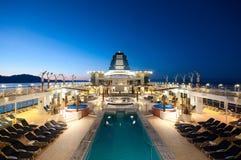 Het schip van de cruise bij schemer