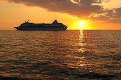 Het Schip van de cruise bij Zonsondergang Stock Afbeeldingen
