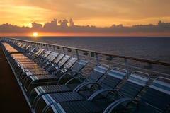 Het Schip van de cruise bij Zonsondergang Stock Foto