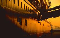 Het schip van de cruise bij zonsondergang Royalty-vrije Stock Afbeeldingen