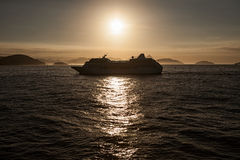 Het schip van de cruise bij zonsondergang Stock Afbeelding