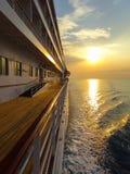 Het schip van de cruise bij zonsondergang Royalty-vrije Stock Afbeelding