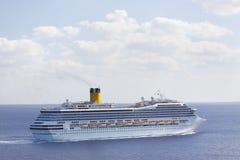 Het Schip van de cruise in blauwe Caraïbische wateren Royalty-vrije Stock Afbeeldingen