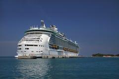 Het Schip van de cruise in Blauwe Caraïbische Wateren Stock Foto's