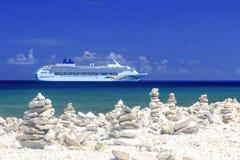 Het Schip van de cruise in blauwe Caraïbische wateren Stock Afbeeldingen