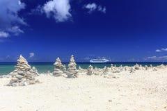 Het Schip van de cruise in blauwe Caraïbische wateren Royalty-vrije Stock Fotografie