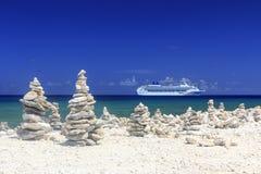 Het Schip van de cruise in blauwe Caraïbische wateren Stock Afbeelding