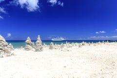Het Schip van de cruise in blauwe Caraïbische wateren Stock Foto