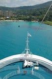 Het schip van de cruise dat in baai wordt vastgelegd Royalty-vrije Stock Afbeelding
