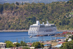 Het Schip van de cruise dat in Baai wordt verankerd Stock Afbeeldingen