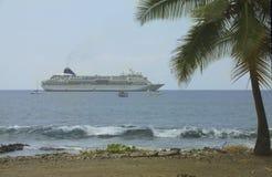 Het schip van de cruise dat dicht bij het strand wordt vastgelegd Stock Afbeelding