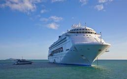 Het schip van de cruise dat van de kust van Queensland wordt verankerd Stock Afbeelding
