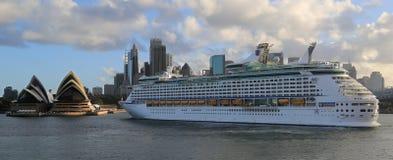 Het schip van de cruise in de Haven van Sydney Stock Foto