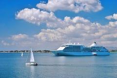 Het schip van de cruise in een baai Stock Foto's
