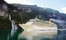 Het schip van de cruise in fiord Royalty-vrije Stock Afbeelding