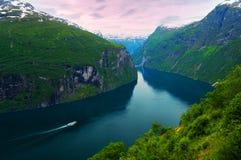 Het schip van de cruise in fjord