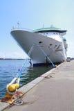 Het schip van de cruise in haven Stock Afbeeldingen