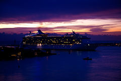 Het Schip van de cruise in Haven Everglades in Dawn Stock Afbeelding