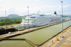 Het Schip van de cruise, het Kanaal van Panama Stock Afbeelding