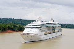 Het schip van de cruise in het kanaal van Panama royalty-vrije stock foto's