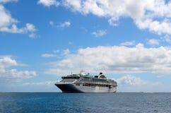Het schip van de cruise in het overzees stock afbeeldingen