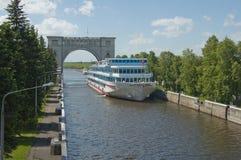 Het schip van de cruise het varen Stock Fotografie