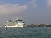 Het schip van de cruise het vertrekken Venetië Royalty-vrije Stock Foto