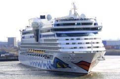 Het Schip van de cruise in Kleine Haven Royalty-vrije Stock Afbeeldingen