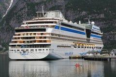 Het schip van de cruise in Noorwegen Stock Afbeelding