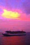 Het schip van de cruise onder kleurrijke hemel Royalty-vrije Stock Afbeelding