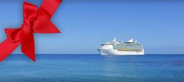 Het schip van de cruise op blauwe oceaan Stock Foto's