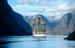 Het schip van de cruise op fjord in Noorwegen Royalty-vrije Stock Afbeeldingen
