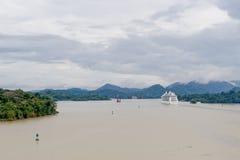 Het schip van de cruise op het Kanaal van Panama Stock Foto
