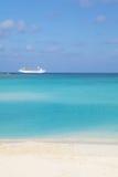 Het schip van de cruise op het overzees Royalty-vrije Stock Afbeeldingen