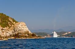 Het schip van de cruise op kust Huatulco Stock Foto's