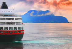 Het schip van de cruise op oceaan Royalty-vrije Stock Afbeelding