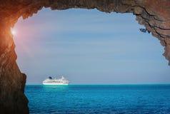 Het schip van de cruise in het overzees royalty-vrije stock foto's