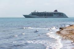 Het schip van de cruise in het overzees Stock Foto