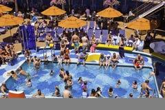 Het Schip van de cruise - Paraplu's Poolside Royalty-vrije Stock Fotografie