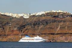 Het schip van de cruise in Santorini Stock Foto