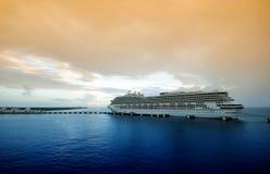 Het schip van de cruise in schemering Stock Foto