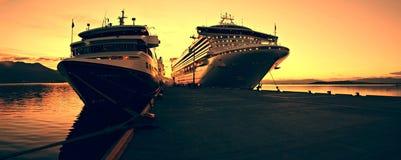Het schip van de cruise in Sunris Royalty-vrije Stock Afbeeldingen