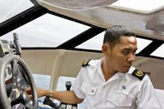 Het schip van de cruise tedere proef het manoeuvreren boot. stock afbeelding