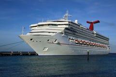Het schip van de cruise in tropische eilandhaven Stock Fotografie