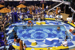 Het Schip van de Cruise van de Droom van Carnaval - de Pret van de Partij van de Pool Stock Fotografie