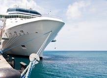 Het Schip van de Cruise van de luxe dat aan Concrete Pijler wordt gebonden Stock Afbeelding
