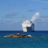 Het schip van de cruise van kust wordt verankerd die royalty-vrije stock afbeeldingen