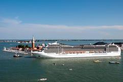Het schip van de cruise in Venetië stock foto's