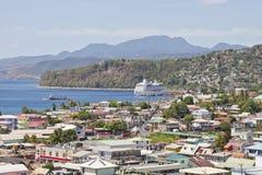 Het Schip van de cruise voorbij de Pastelkleuren van Bridgetown Stock Foto