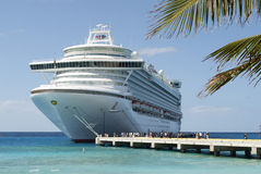 Het schip van de cruise in zonlicht stock foto's